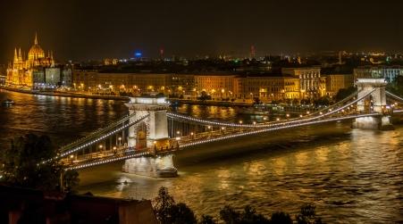 Chain_Bridge_in_Budapest_at_night
